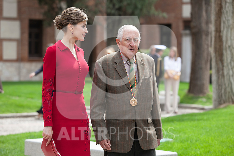 Queen Letizia of Spain and awarded writer Juan Goytisolo during `2014 Cervantes Award´ at Alcala de Henares University in Alcala de Henares, Spain. April 23, 2015. (ALTERPHOTOS/Victor Blanco)