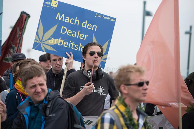 Mehere hundert Menschen zogen am Samstag den 16. Mai 2015 mit einer Demonstration unter dem Motto &quot;Mehr Hanf wagen&quot; durch Berlin. Es war eine von weltweit 200 Demonstrationen des sog. &quot;Global Marijuana March&quot;, bei dem die Legalisierung von Hanf als Genussmittel und vollstaendige Freigabe als Medikament gefordert wurde.<br /> 16.5.2015, Berlin<br /> Copyright: Christian-Ditsch.de<br /> [Inhaltsveraendernde Manipulation des Fotos nur nach ausdruecklicher Genehmigung des Fotografen. Vereinbarungen ueber Abtretung von Persoenlichkeitsrechten/Model Release der abgebildeten Person/Personen liegen nicht vor. NO MODEL RELEASE! Nur fuer Redaktionelle Zwecke. Don't publish without copyright Christian-Ditsch.de, Veroeffentlichung nur mit Fotografennennung, sowie gegen Honorar, MwSt. und Beleg. Konto: I N G - D i B a, IBAN DE58500105175400192269, BIC INGDDEFFXXX, Kontakt: post@christian-ditsch.de<br /> Bei der Bearbeitung der Dateiinformationen darf die Urheberkennzeichnung in den EXIF- und  IPTC-Daten nicht entfernt werden, diese sind in digitalen Medien nach &sect;95c UrhG rechtlich geschuetzt. Der Urhebervermerk wird gemaess &sect;13 UrhG verlangt.]