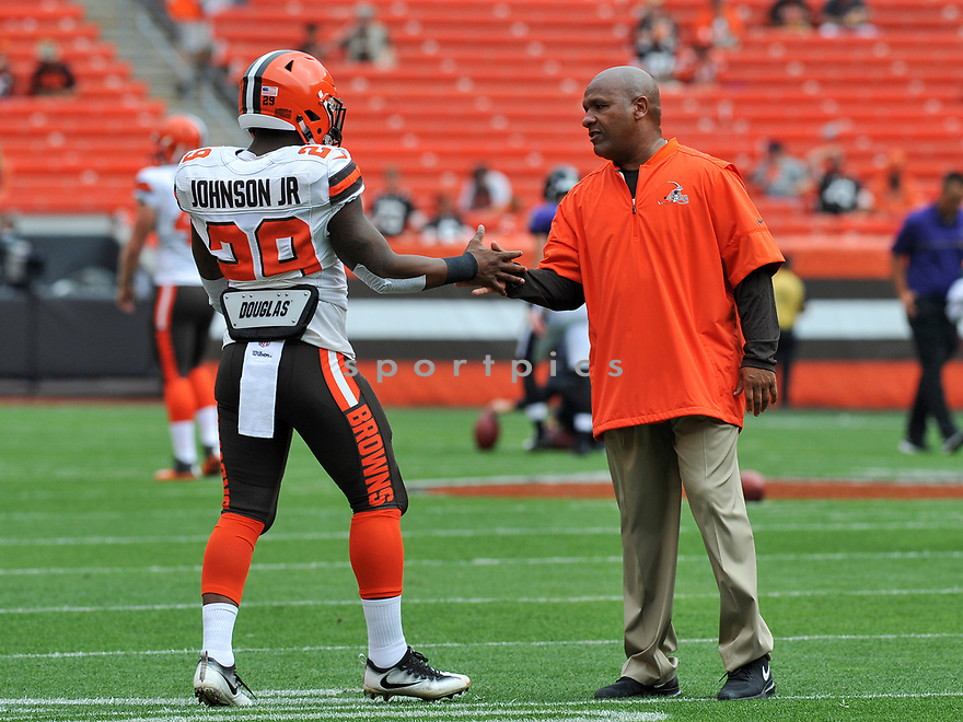 CLEVELAND, OH - JULY 18, 2016: Head coach Hue Jackson of the Cleveland Browns shakes hands with running back Duke Johnson #29 on the field prior to a game against the Baltimore Ravens on July 18, 2016 at FirstEnergy Stadium in Cleveland, Ohio. Baltimore won 25-20. (Photo by: 2017 Nick Cammett/Diamond Images)  *** Local Caption *** Hue Jackson(SPORTPICS)