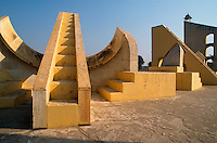 INDIA Rajasthan Jaipur, The Jantar Mantar, historical Observatory of Maharaja Jai Singh II, built between 1727 and 1734, UNESCO world heritage, Laghu samrat yantra / INDIEN Rajasthan Jaipur, Jantar Mantar, historische Sternwarte des Maharaja Jai Singh II, UNESCO Welterbe