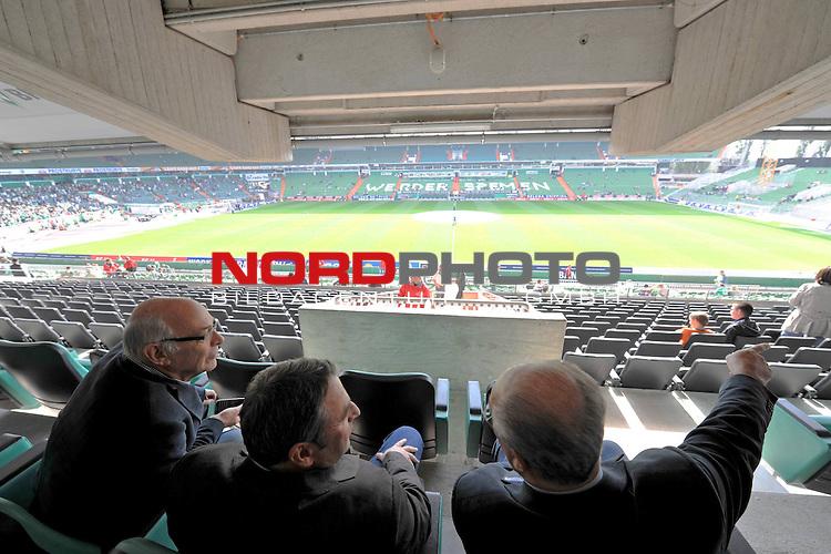 FBL 09/10  07. Spieltag Hinrunde / Weser Stadion<br /> Werder Bremen - Mainz05<br /> <br /> Blick auf das Spielfeld von der VIP Tribuene Hoehe MIttellinie<br /> Klaus-Dieter Fischer  (Gesch&auml;ftsf&uuml;hrer Leistungszentrum Fu&szlig;ball und andere Sportarten) Klaus Allofs  (Gesch&auml;ftsf&uuml;hrer Profifu&szlig;ball - GER) Manfred M&uuml;ller ( Mueller )  (Gesch&auml;ftsf&uuml;hrer Marketing und Management)<br /> <br /> Foto &copy; nph ( nordphoto )