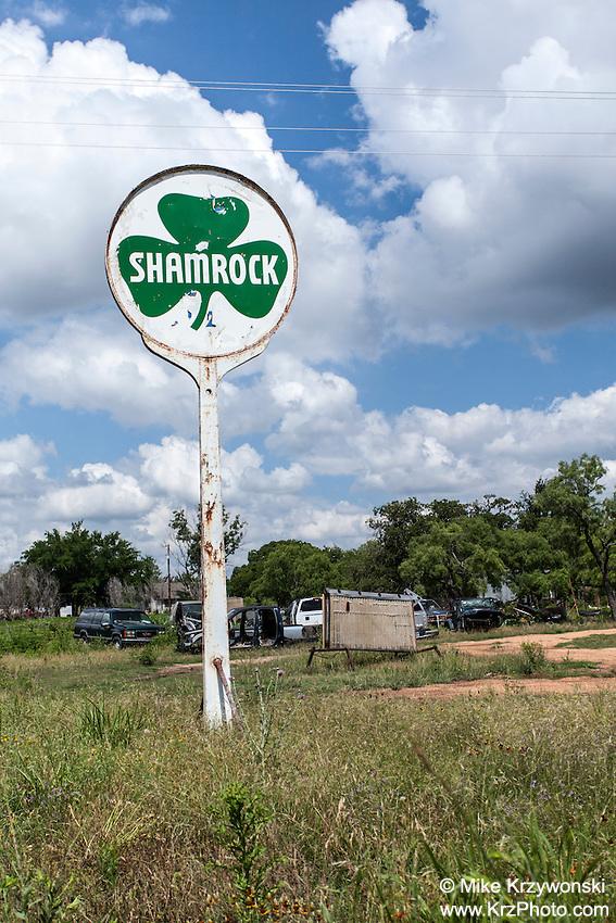 """Old """"Shamrock"""" gas station sign in Jonesboro, TX"""