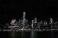 Blick bei Nacht auf den Financial District und den Freedom Tower bei Einfahrt der Norwegian Breakaway in den Hafen