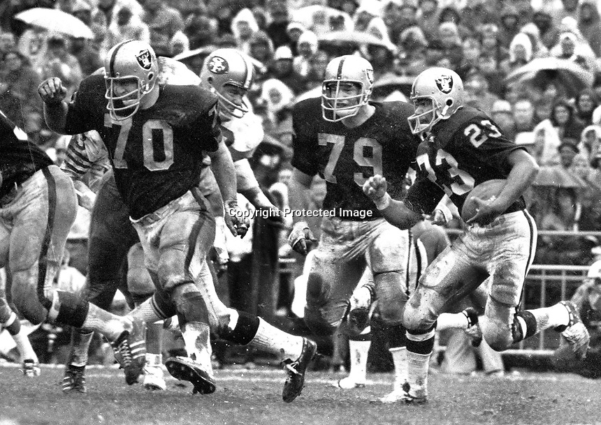 Raiders Charlie Smith running with blockers Jim Harvey, and Harry Schuh. (1969 photo/Ron Riesterer)