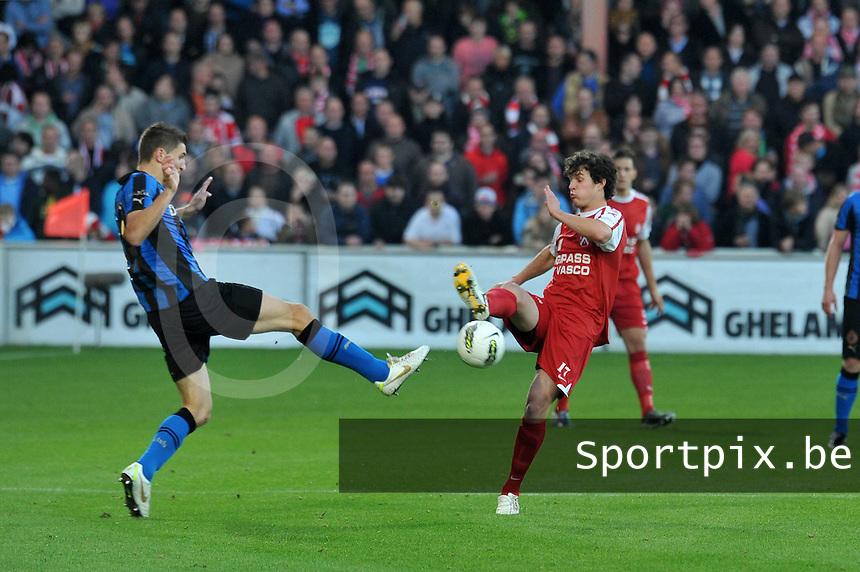 KV Kortrijk - Club Brugge KV : duel om de bal tussen Thomas Meunier (links) en Gertjan De Mets.foto VDB / BART VANDENBROUCKE