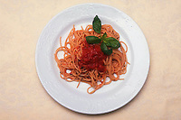 Spaghetti con pomodoro e basilico. Spaghetti with tomato and basil...