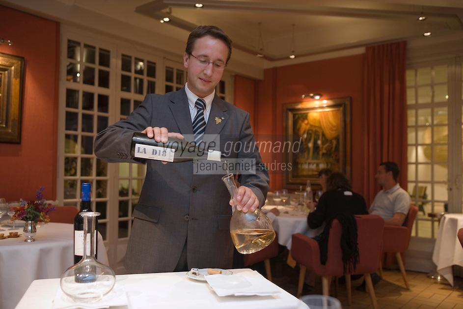 """Europe/France/Aquitaine/40/Landes/ Magescq :Service du vin par le sommelier au restaurant  le """" Relais de  la Poste"""" [Non destiné à un usage publicitaire - Not intended for an advertising use]"""