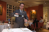 "Europe/France/Aquitaine/40/Landes/ Magescq :Service du vin par le sommelier au restaurant  le "" Relais de  la Poste"" [Non destiné à un usage publicitaire - Not intended for an advertising use]"