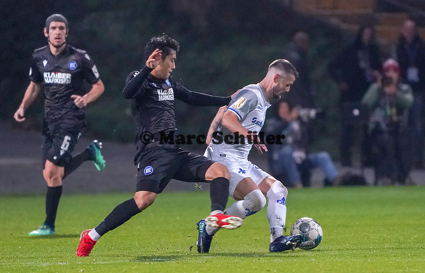 Marcel Heller (SV Darmstadt 98) gegen Kyoung-Rok Choi (Karlsruher SC) - 29.10.2019: SV Darmstadt 98 vs. Karlsruher SC, Stadion am Boellenfalltor, 2. Runde DFB-Pokal<br /> DISCLAIMER: <br /> DFL regulations prohibit any use of photographs as image sequences and/or quasi-video.