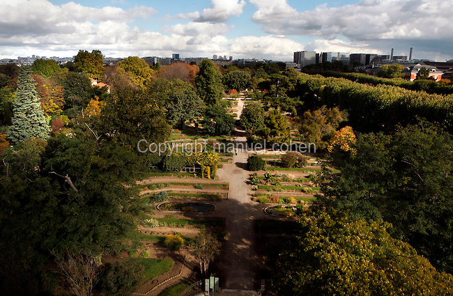 Aerial view of Ecole de Botanique, Paris skyline Jardin des Plantes, Paris, 5th arrondissement, France. Founded in 1626 by Guy de La Brosse, Louis XIII's physician, the Jardin des Plantes, originally known as the Jardin du Roi, opened to the public in 1640. It became the Museum National d'Histoire Naturelle in 1793 during the French Revolution. Picture by Manuel Cohen