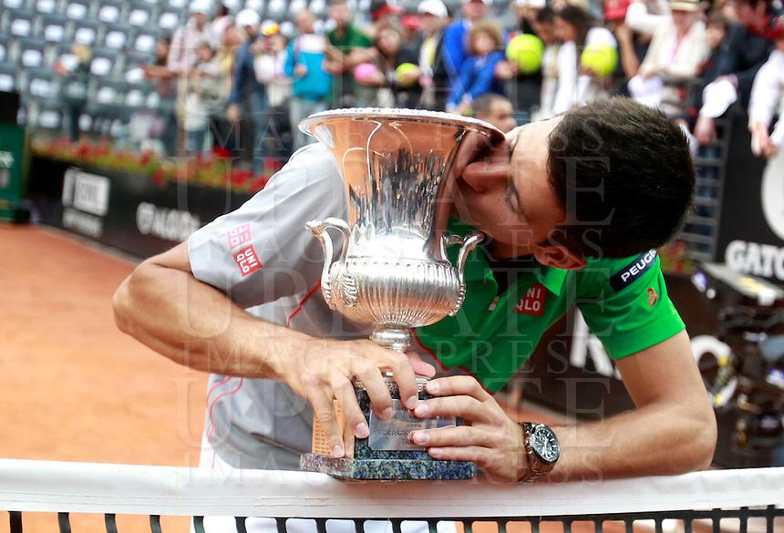 Il serbo Novak Djokovic posa col trofeo dopo aver vinto la finale maschile degli Internazionali d'Italia di tennis a Roma, 18 maggio 2014.<br /> Serbia's Novak Djokovic poses with the trophy after winning the men's final match of the Italian open tennis tournament, in Rome, 18 May 2014.<br /> UPDATE IMAGES PRESS/Isabella Bonotto