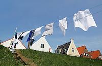 Nederland Durgerdam 2015 08 13. Wasgoed hangt te drogen op de dijk in Durgerdam