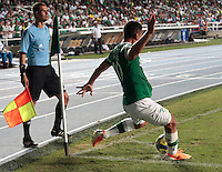 CALI -COLOMBIA-02-04-2014. Carlos Lizarazo del Deportivo Cali cobra un tiro de esquina durante el partido con Alianza Petrolera por la fecha 14 de la Liga Postobón I 2014 jugado en el estadio Pascual Guerrero de la ciudad de Cali./ Deportivo Cali player Carlos Lizarazo shoot a corner during the match against Alianza Petrolera for the 14th date of Postobon League I 2014 played at Pascual Guerrero stadium in  Cali city.Photo: VizzorImage/ Juan C. Quintero /STR