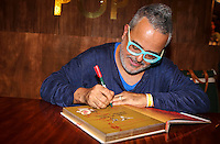 SAO PAULO, SP, 19 DE MARCO 2013 - SPFW - RONALDO FRAGA - Ronaldo Fraga durante sessão de autógrafos do seu livro 'Caderno de Roupas, Memórias e Croquis', publicada pela editora Cobogó, durante o São Paulo Fashion Week, que acontece no prédio da Bienal do Ibirapuera, na zona sul da capital paulista, nesta terça-feira (19). A obra reúne desenhos de 36 coleções do estilista inspiradas em figuras marcantes do cenário nacional. FOTO: VANESSA CARVLAHO - BRAZIL PHOTO PRESS.