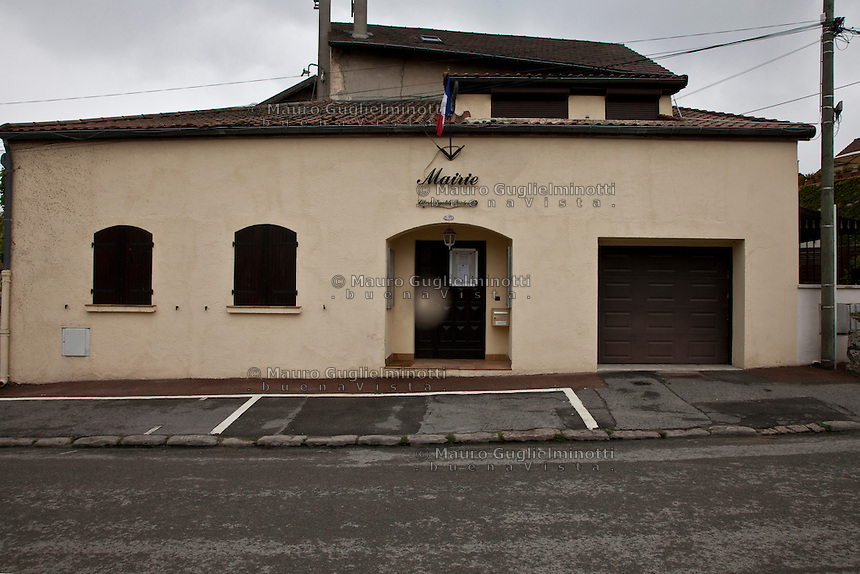 Villaggio di Vaud'herland vicino a Roissy (Parigi), al primo turno delle elezioni presidenziali francesi del 22 aprile il Front National di Marine LePen ha ricevuto il 52% dei voti. Vaud'herland near the village of Roissy (Paris), where at the first round of the French presidential elections of the 22th April 2012, the National Front of Marine LEPEN received 52% of the votes.