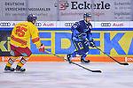 Darin Olver (Nr.40 - ERC Ingolstadt) vor Johannes Huss (Nr.25 - Duesseldorfer EG) beim Spiel in der DEL, ERC Ingolstadt (dunkel) - Duesseldorfer EG (hell).<br /> <br /> Foto © PIX-Sportfotos *** Foto ist honorarpflichtig! *** Auf Anfrage in hoeherer Qualitaet/Aufloesung. Belegexemplar erbeten. Veroeffentlichung ausschliesslich fuer journalistisch-publizistische Zwecke. For editorial use only.