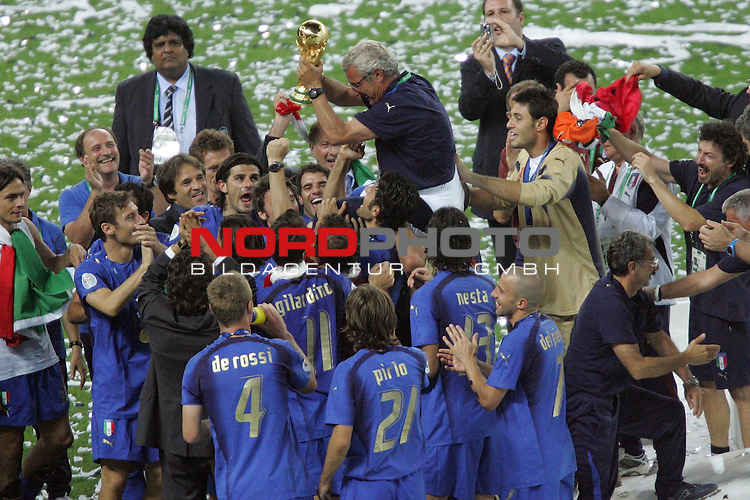 FIFA WM 2006 -  Final - Finale<br /> Play    #64  (09. Juli ) Italien - Frankreich<br /> <br /> Trainer Marcello Lippi (Mitte) von Italien wird von den Spielern auf den Schultern getragen. <br /> Marcello Lippi auf den Schultern der Spieler mit Pokal.<br /> <br /> Foto &copy; nordphoto