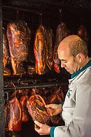 Europe/Allemagne/Bade-Würrtemberg/Forêt Noire/Herzogsweiler: Chez Frank Pfau charcutier, spécialités  charcuteries fumées de la Forêt Noire: Pfau Räucher Spezialitäten , le Fumoir AUTO N: 2012-420