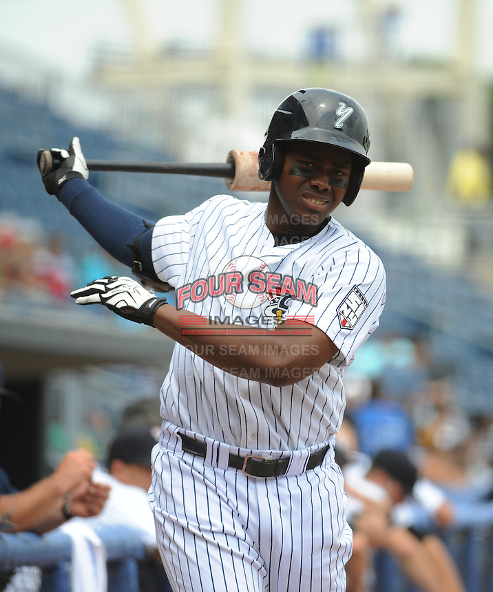 Staten Island Yankees outfielder Yeicok Calderon (28) during game against the Mahoning Valley Scrappers at Richmond County Bank Ballpark at St.George on July 22, 2013 in Staten Island, NY.  Mahoning Valley defeated Staten Island 8-2.  Tomasso DeRosa/Four Seam Images