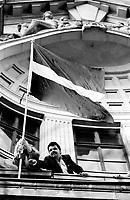 LETTLAND, 21.08.1991.Riga.Waehrend des Anti-Gorbatschow-Putsches versuchen sowjetische Truppen, die Kontrolle ?ber Riga zu erhalten, mit dem Scheitern des Putsches gewinnt Lettland endgueltig seine Unabhaengigkeit. Ð Setzen der lettischen Flagge auf der soeben von sowjetischen Fallschirmjaegern geraeumten Rundfunkzentrale. Im dunklen Anzug der Abgeordnete des Obersten Rates, Normunds Belskis. |.During the anti-Gorbachev-coup Soviet troops try to obtain control of Riga. With the failure of the coup Latvia finally regains its independence. - Planting the Latvian flag on the balcony of the public radio central just abandoned by Soviet paratroopers..© Martin Fejer / EST&OST