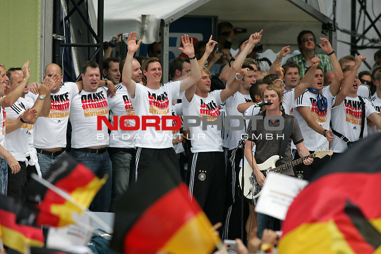 FIFA WM 2006 - Feature Fanmeile Berlin<br /> Verabschiedung der Deutschen Nationalmannschaft.<br /> Supporters from Germany celebrate the german national team (Tim Borowski, Timo Hildebrand, Jens Lehmann and S&permil;nger und Gitarrist Peter S. Brugger of Sportfreunde Stiller) (l-r) at Brandenburger Tor in Berlin after the World Cup.<br /> Foto &copy; nordphoto