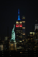 BAYONNE, EUA, 28/05/2019 - TURISMO-EUA - O Empire State Building é visto ao lado da Estátua da Liberdade, iluminado em vermelho, branco e azul para o Memorial Day em Nova York em 28 de maio de 2019, visto de Bayonne, Nova Jersey. (Foto: William Volcov/Brazil Photo Press)