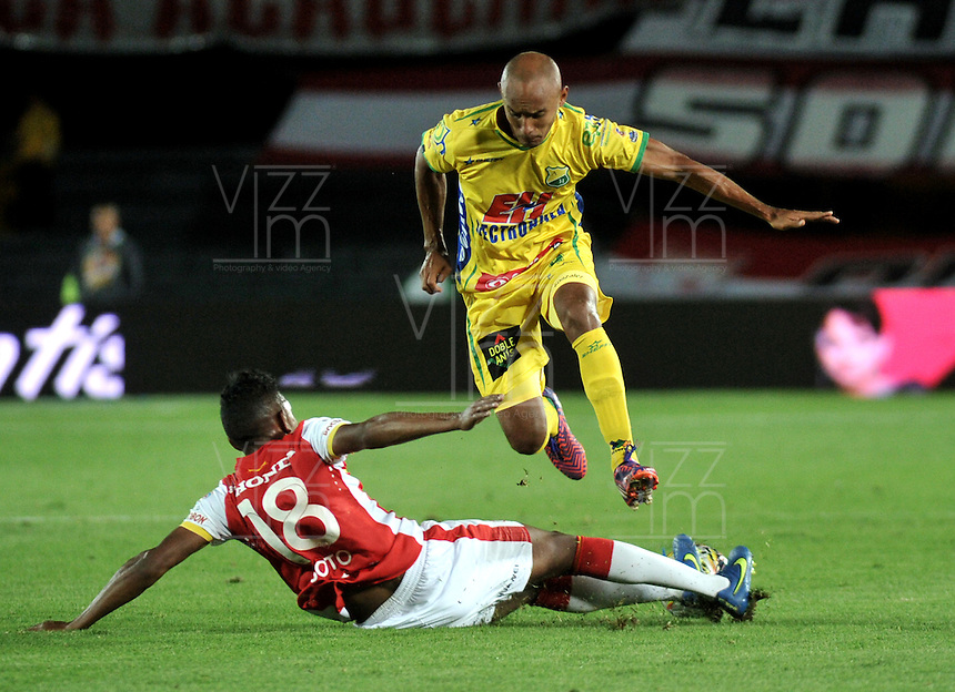 BOGOTA - COLOMBIA - 23-08-2015: Almir Soto (Izq.) jugador de Independiente Santa Fe disputa el balón con Elvis Gonzalez (Izq.) jugador de Atletico Huila, durante partido por la fecha 8 entre Independiente Santa Fe y Atletico Huila de la Liga Aguila II-2015, en el estadio Nemesio Camacho El Campin de la ciudad de Bogota. / Almir Soto (L) player of Independiente Santa Fe struggles for the ball with Elvis Gonzalez (R) jugador of Atletico Huila, during a match of the 8 date between Independiente Santa Fe and Atletico Huila, for the Liga Aguila II -2015 at the Nemesio Camacho El Campin Stadium in Bogota city, Photo: VizzorImage / Luis Ramirez / Staff.