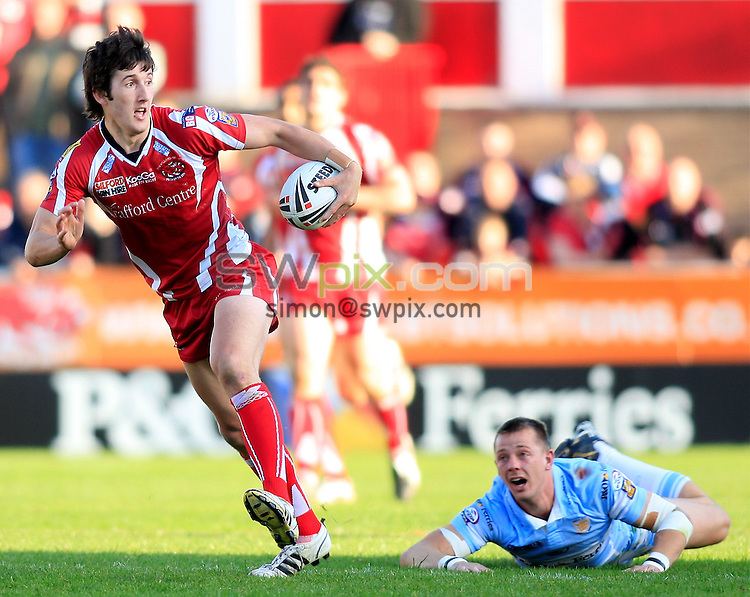 Pix: Chris Mangnall/SWpix.com, Rugby League, Super League. 25/04/09 Salford City Reds v Hull FC....picture copyright>>Simon Wilkinson>>07811267 706>>....Salford's Stefan Ratchford avoids  tackle by  Richard Horne