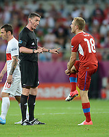 FUSSBALL  EUROPAMEISTERSCHAFT 2012   VORRUNDE Tschechien - Polen               16.06.2012 Schiedsrichter Craig Thomson (li, SCO) ermahnt Daniel Kolar (re, Tschechische Republik)