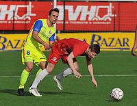 FC GULLEGEM - SK LONDERZEEL :<br /> Victor Van De Wiele (R) gaat neer in een duel met Alexandre Teirlinckx (L)<br /> <br /> Foto VDB / Bart Vandenbroucke