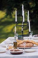 Europe/France/Gastronomie générale: Préparation de la table pour le repas en plein air