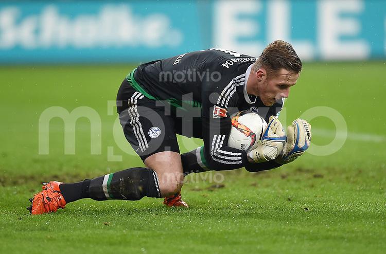 Fussball  1. Bundesliga  Saison 2015/2016  13. Spieltag in Gelsenkirchen FC Schalke 04 - FC Bayern Muenchen     21.11.2015 Torwart Ralf Faehrmann (FC Schalke 04) mit Ball