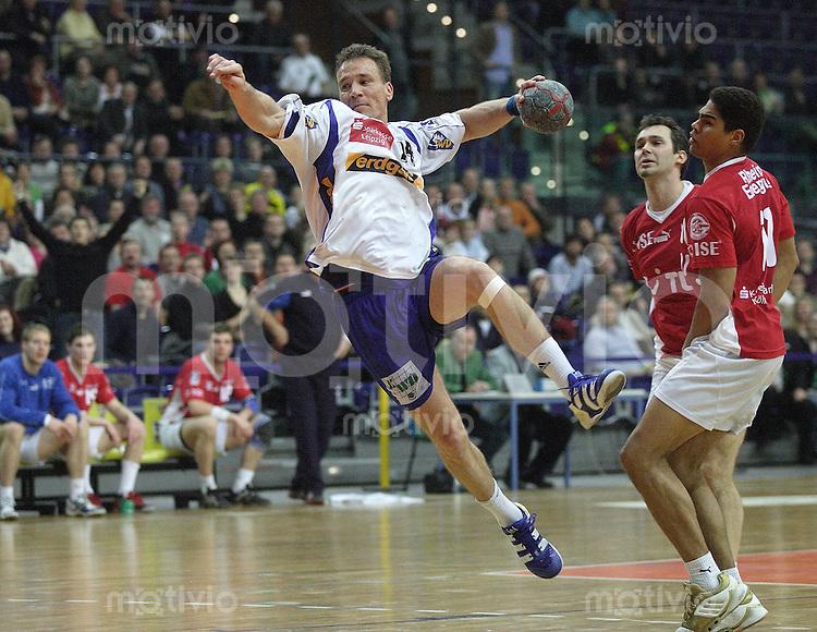 Handball Bundesliga 2005/2006 Concordia Delitzsch - VFL Gummersbach Marco BERGELT (Concordia) beim Wurf gegen Francois-Xavier HOULET (M) und Daniel NARCISSE (beide Lemgo).