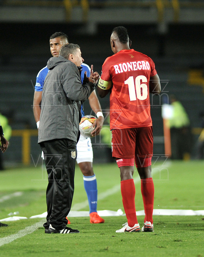 BOGOTA - COLOMBIA - 30-07-2016: Pedro Sarmiento (Izq.), técnico, de Rionegro Aguilas, da instrucciones a Hayner Moasquera (Der.) player, durante partido de la fecha 6 entre Millonarios y Rionegro Aguilas, de la Liga Aguila II-2016, jugado en el estadio Nemesio Camacho El Campin de la ciudad de Bogota.  / Pedro Sarmiento (L), coach of Rionegro Aguilas, gives instructions to Hayne Mosquera (R) palyer, during a match between Millonarios and Rionegro Aguilas, for the date 6 of the Liga Aguila II-2016 at the Nemesio Camacho El Campin Stadium in Bogota city, Photo: VizzorImage / Luis Ramirez / Staff.