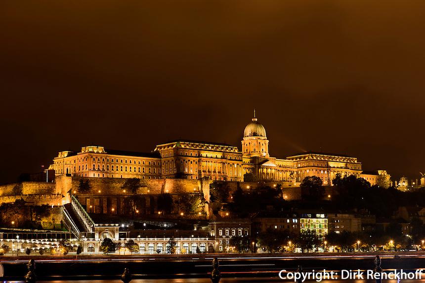 Bliick von Pest auf Buda mit Burgpalast, Budavári Palota; Budapest, Ungarn, UNESCO-Weltkulturerbe
