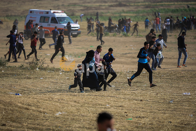 Palestinian protesters clash with Israeli security forces during tents protest demanding the right to return to their homeland, at the Israel-Gaza border, in east of Gaza city on April 27, 2018. Photo by Atia Darwish