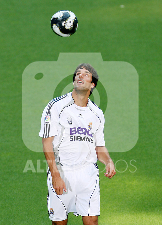 Real Madrid's new player Ruud van Nistelrooy during his presentation at Santiago Bernabeu stadium in Madrid, July 28, 2006. (ALTERPHOTOS/Alvaro Hernandez)
