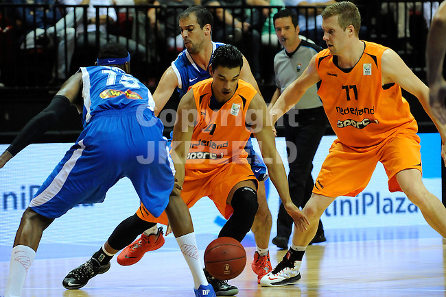 GRONINGEN  Basketbal, Nederland - Israel, Martiniplaza, EK kwalificatie ,  seizoen 2014-2015, 13-08-2014,  Arvin Slagter in duel met Alexey Chubrevich. Recht Thomas Koenis