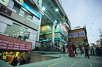 "Asien Indien IND Metropole Megacity Bangalore .modernes Einkaufszentrum shopping center in Brigade road , Reliance webworld cybercafe internet -  Wirtschaft modern Moderne Welt modernes einkaufen shoppen kaufen Kaufkraft Menschen Freizeit urban urbane Welten Urbanit?t Mittelschicht Mittelklasse Konsum konsumieren Konsumrausch Markt M?rkte Konsumg?ter Geld Spa§ Vergn?gen Einkaufen shoppen shopping K?ufer kaufen Waren Ware G?ter Konsumwelt St?dtewachstum Verst?dterung Gro§stadt Millionenstadt Bev?lkerungswachstum Stadt Wachstum boom boomtown Stadtentwicklung Entwicklung Kontrast k?nstlich Inder indisch  Einkommen Geld modern modernes Handel Einzelhandel Markt xagndaz | .Asia India Bangalore .modern shopping mall in Brigade ROAD - economy society population growth people middle-class shop money market pleasure consume consumer modern urban contrast fun luxury big city cities megacity metropolis growing development shopping center store money buy spend goods growth boom business retailer .| [ copyright (c) Joerg Boethling / agenda , Veroeffentlichung nur gegen Honorar und Belegexemplar an / publication only with royalties and copy to:  agenda PG   Rothestr. 66   Germany D-22765 Hamburg   ph. ++49 40 391 907 14   e-mail: boethling@agenda-fototext.de   www.agenda-fototext.de   Bank: Hamburger Sparkasse  BLZ 200 505 50  Kto. 1281 120 178   IBAN: DE96 2005 0550 1281 1201 78   BIC: ""HASPDEHH"" ,  WEITERE MOTIVE ZU DIESEM THEMA SIND VORHANDEN!! MORE PICTURES ON THIS SUBJECT AVAILABLE!! INDIA PHOTO Archive: http://www.visualindia.net ] [#0,26,121#]"
