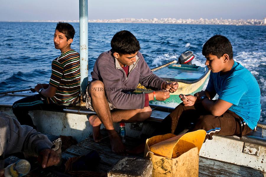 Gaza sea: the members of the crew is from all kind of generation. The youngest one is 13 while the oldest is in the 60s. <br /> <br /> Mer de Gaza: les membres de l'&eacute;quipe sont de toutes le g&eacute;n&eacute;rations. Le plus jeune a 13 ans tandis que le plus vieux est dans la soixantaine.