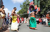 Nederland Den Helder  2016  06 26. Jaarlijkse tempelfeest bij de Hindoe tempel in Den Helder.. Vereniging Sri Varatharaja Selvavinayagar voltooide in 2003 het gebouw dat wordt gebruikt voor het bevorderen van kunst en cultuur. Een ander deel wordt gebruikt voor het praktiseren van religieuze waarden. Het hoogtepunt van de feestperiode is het voorttrekken van de wagen ( chithira theer of ratham ). Dit is een kleurrijke optocht, waarbij de godheid Ganesh in de wagen wordt voortgetrokken door gelovigen. Rituele  dans. Bij enkele mannen zijn haken in de rug aangebracht.   Foto Berlinda van Dam /  Hollandse Hoogte