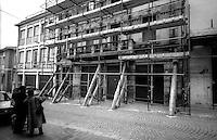 Terremoto in Umbria .Gualdo Tadino  (PG)    13 Marzo 1998.Un edificio danneggiato dal terremoto, messo in sicurezza .Earthquake in Umbria.Gualdo Tadino (PG) March 13, 1998.A building damaged by the earthquake, made safe.