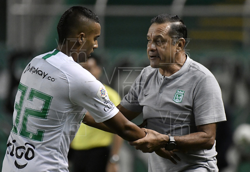 PALMIRA - COLOMBIA, 21-08-2019: Pompilio Paez asistente técnico de Nacional da instrucciones a Christian Mafla durante el partido entre Deportivo Cali y Atlético Nacional como parte de la Liga Águila II 2019 jugado en el estadio Deportivo Cali de la ciudad de Palmira. / Pompilio Paez assistant coach of Nacional gives directions to Christian Mafla during match between Deportivo Cali and Atletico Nacional for the date 7 as part Aguila League II 2019 played at Deportivo Cali stadium in Palmira city. Photo: VizzorImage / Gabriel Aponte / Staff
