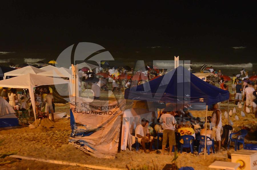 RIO DE JANEIRO, 01 DE JANEIRO DE 2012 - REVEILLON BARRA DA TIJUCA<br /> Movimentação nas areias da Barra da Tijuca durante o Reveillon. (FOTO: ALEXANDRE MOREIRA / NEWS FREE)