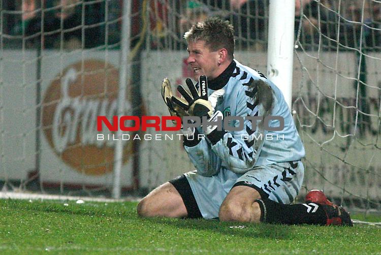 2. Bundesliga 2003/2004, VfB Luebeck vs. SV Wacker Burghausen<br /> Torwart Carsten Wehlmann (VfB Luebeck) zeigt Emotionen nachdem der das zweite Tor ebenfalls nicht halten konnte<br />  Foto &copy; nordphoto / Sabine Lutzmann<br /> <br />  *** Local Caption *** Foto ist honorarpflichtig! zzgl. gesetzl. MwSt.<br />  Belegexemplar erforderlich<br /> Adresse: nordphoto<br /> Georg-Reinke-Strasse 1<br /> 49377 Vechta