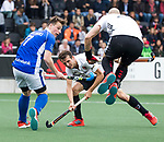 AMSTELVEEN -  Ties Ceulemans (Kampong)  met Justin Reid-Ross (A'dam) en Nicki Leijs (A'dam)   tijdens  de  eerste finalewedstrijd van de play-offs om de landtitel in het Wagener Stadion, tussen Amsterdam en Kampong (1-1). Kampong wint de shoot outs.  . COPYRIGHT KOEN SUYK