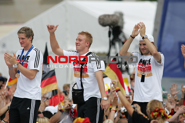 FIFA WM 2006 - Feature Fanmeile Berlin<br /> Verabschiedung der Deutschen Nationalmannschaft.<br /> Supporters from Germany celebrate the german national team (Marcell Jansen, Mike Hanke and Torsten Frings) (l-r) at Brandenburger Tor in Berlin after the World Cup.<br /> Foto &copy; nordphoto