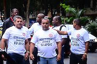 RIO DE JANEIRO, RJ, 05 DE SETEMBRO DE 2013 -MANIFESTAÇÃO BOMBEIROS AFASTADOS EM 2002- Manifestação dos bombeiros afastados da corporação em 2002,no Palácio Guanabara, em Laranjeiras, zona sul do Rio de Janeiro.FOTO:MARCELO FONSECA/BRAZIL PHOTO PRESS