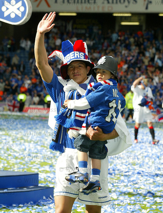 Michael Mols with his son on the park