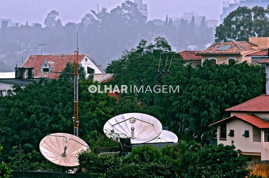 Antenas de transmissão de telecomunicação. São Paulo. 2007. Foto de Juca Martins.